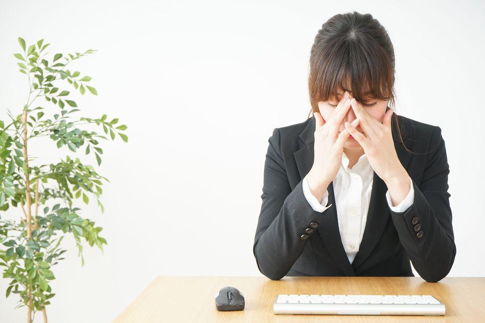 ドライアイに悩む女性オフィスワーカーの写真