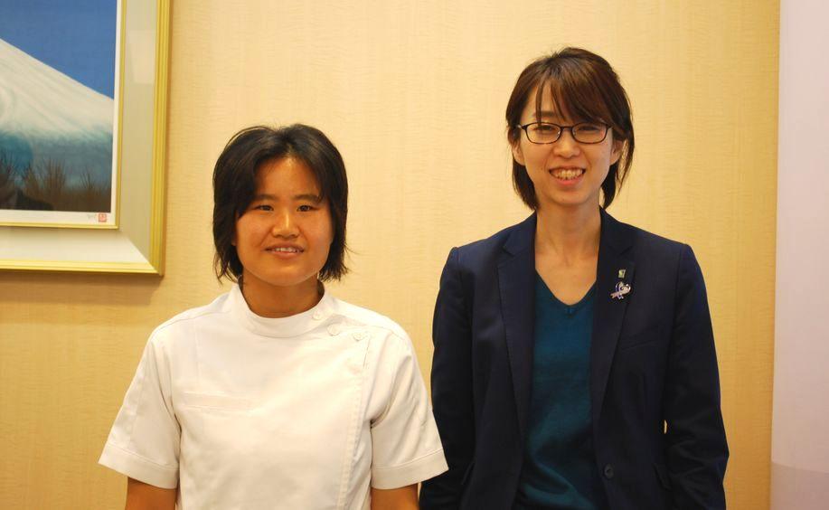 井内奈津美さんと大江絵美編集長のツーショット写真