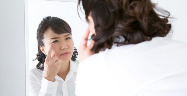 目の充血に悩む女性の写真
