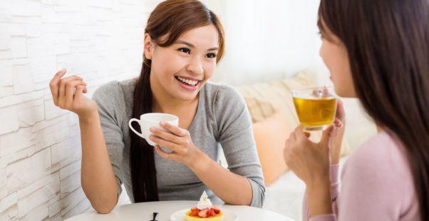 目を見て会話をする女性の写真