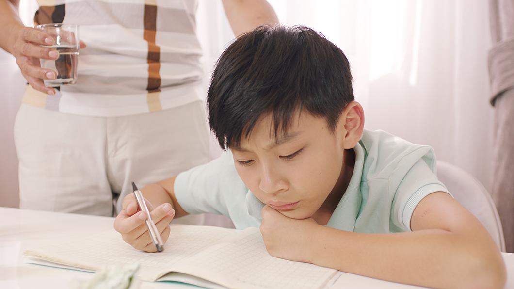 勉強する子どもと父親の写真