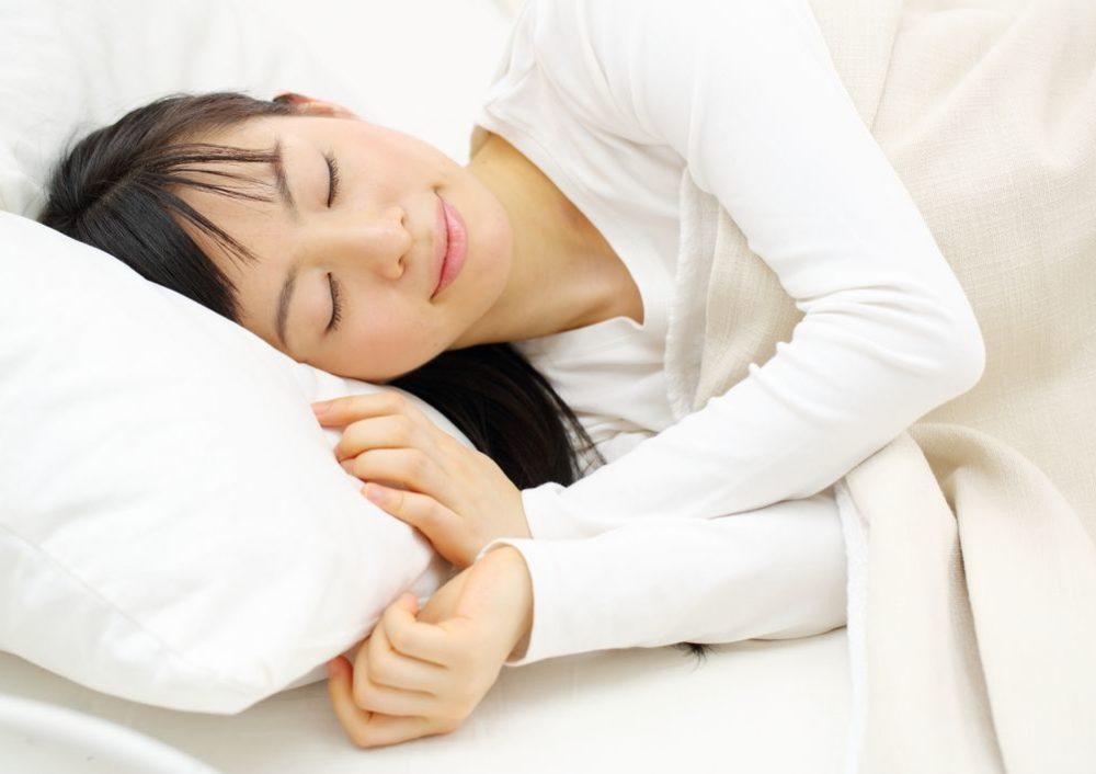 眠っている女性の写真