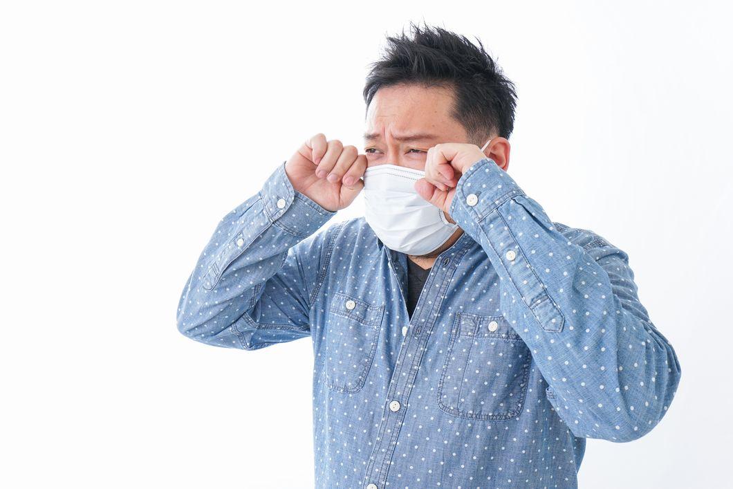 花粉症に悩む男性の写真