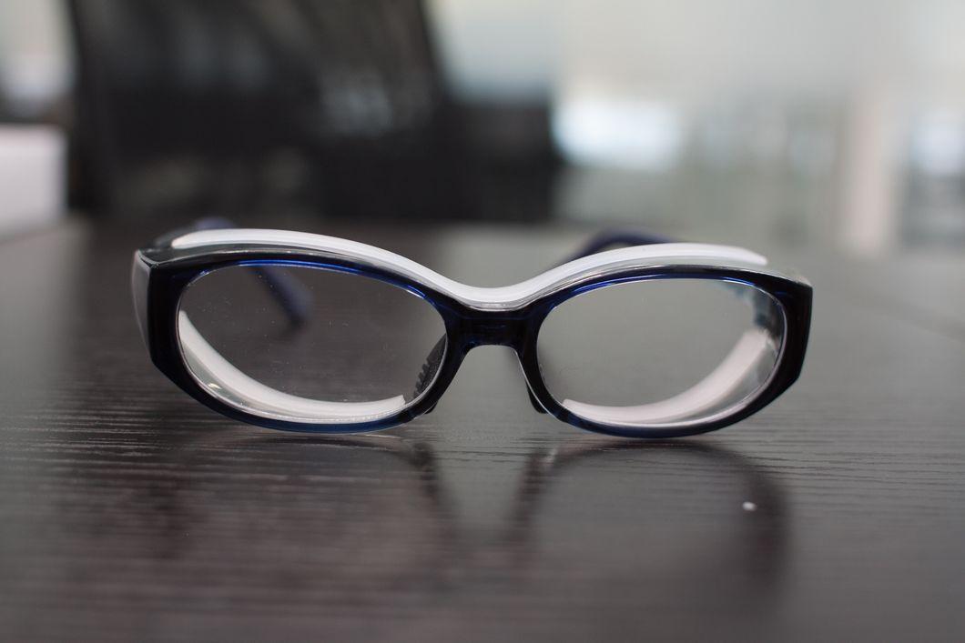 スッキリシンプルなデザインの花粉症メガネの写真