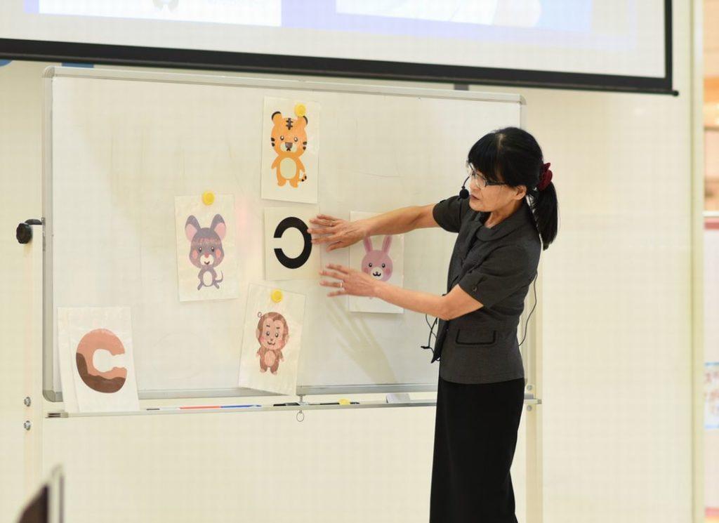 高橋ひとみ教授が3歳児の視力検査について語る写真