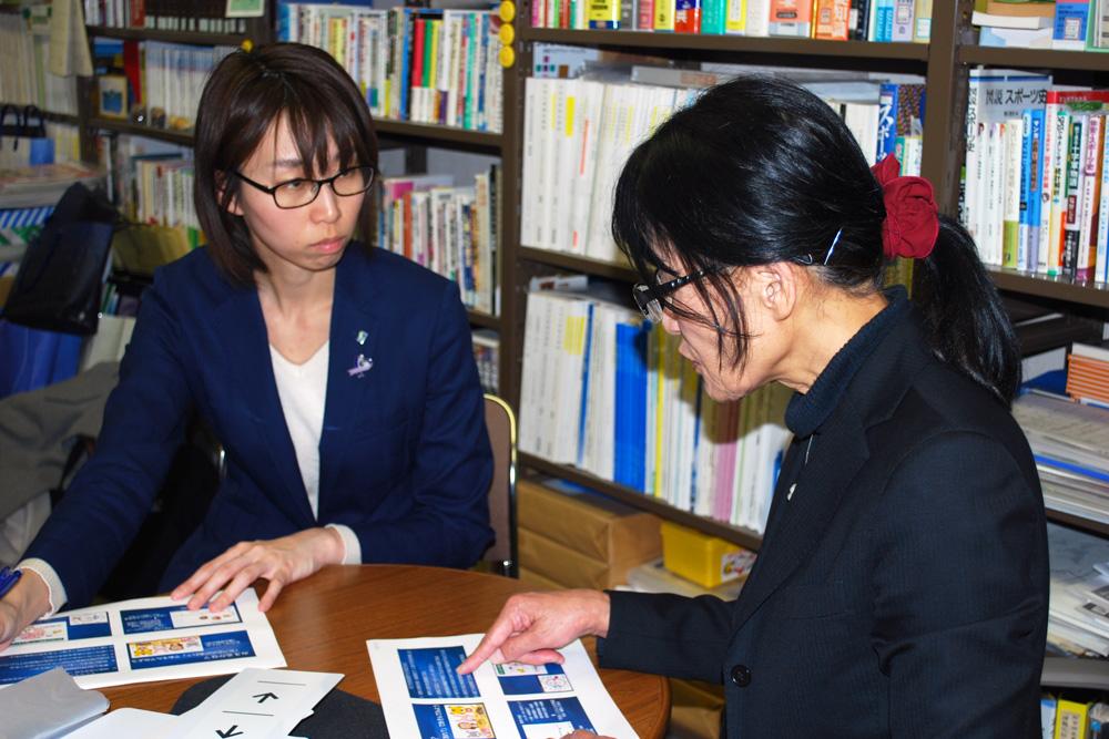 高橋ひとみ教授と大江編集長の写真