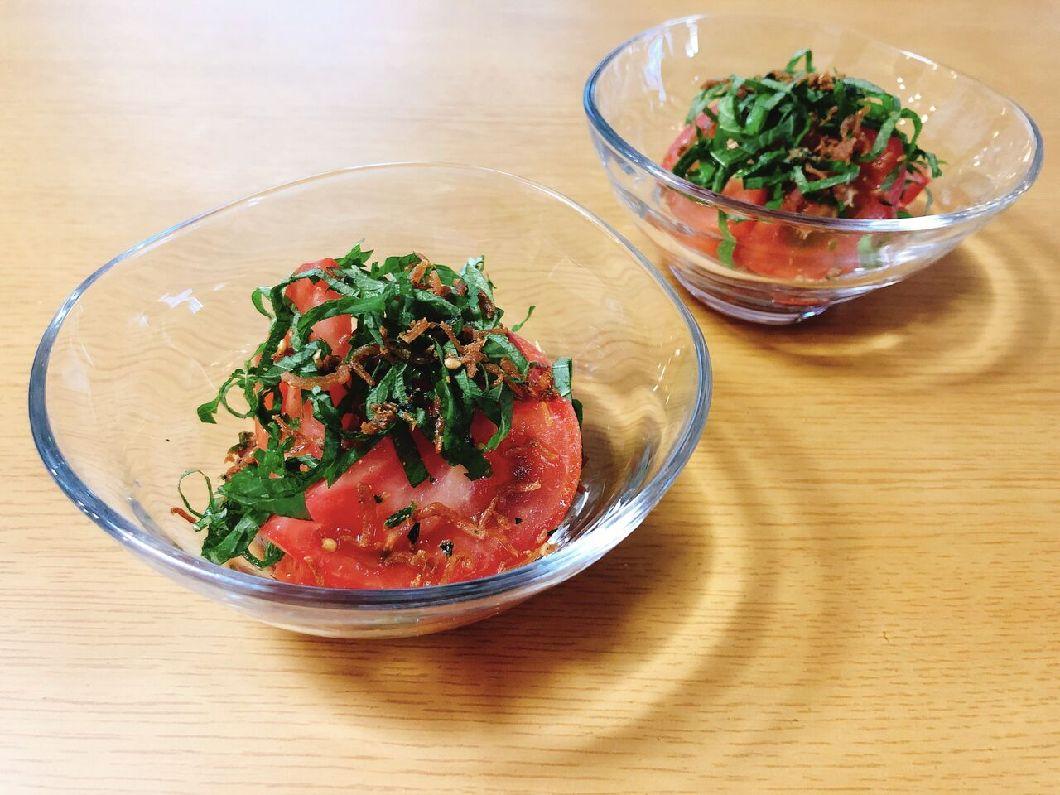 トマトとじゃこと大葉のサラダの写真
