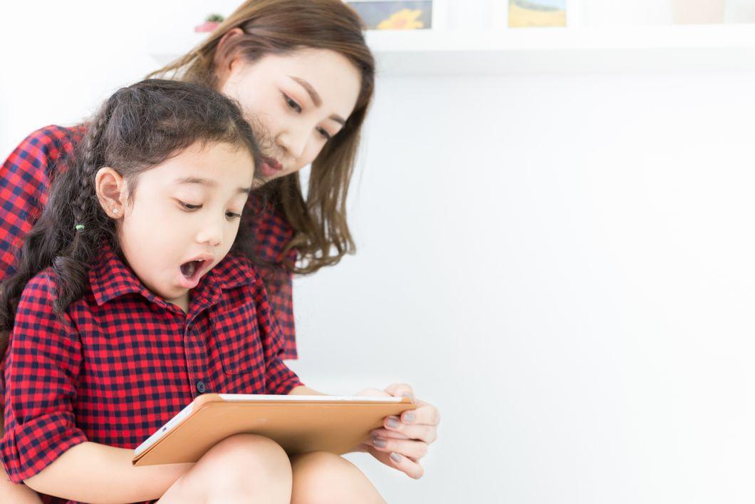 ビジョントレーニングをする親子の写真