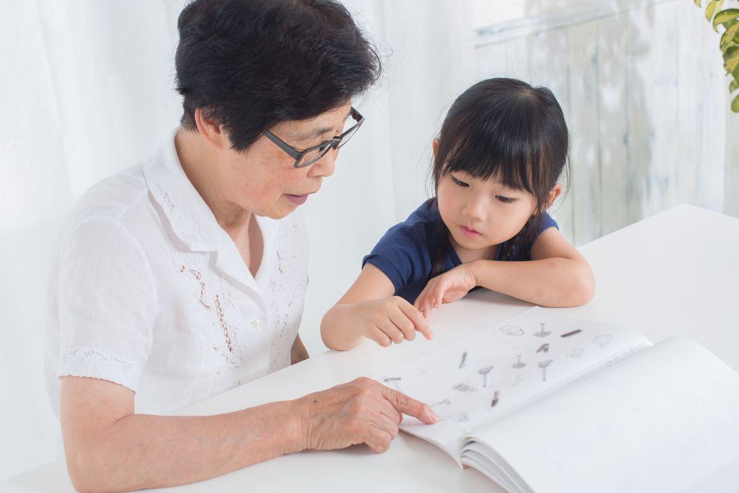 ビジョントレーニングをする祖母と孫の写真