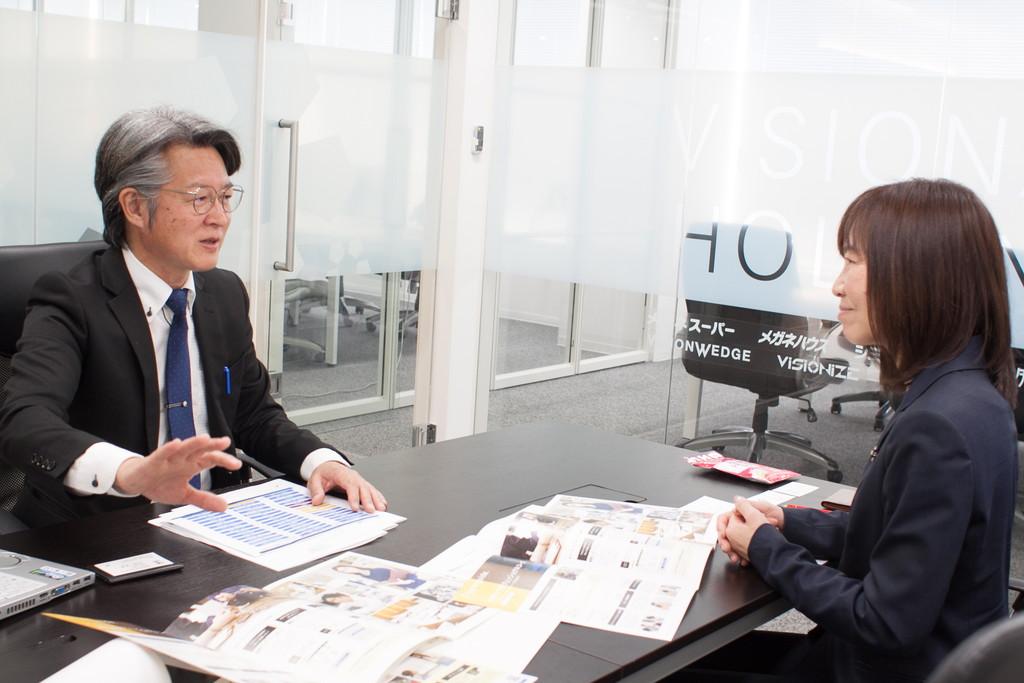 駒ヶ峯さんと戸田編集部員の対談写真