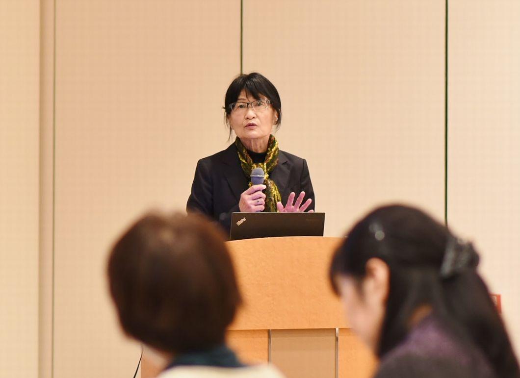 講義中の高橋ひとみ教授の写真