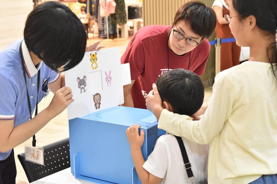 3歳児の視力検査実施中の写真