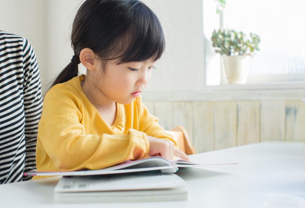 ビジョントレーニングをする子どもの写真