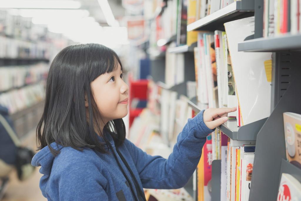本を選ぶ子どもの写真