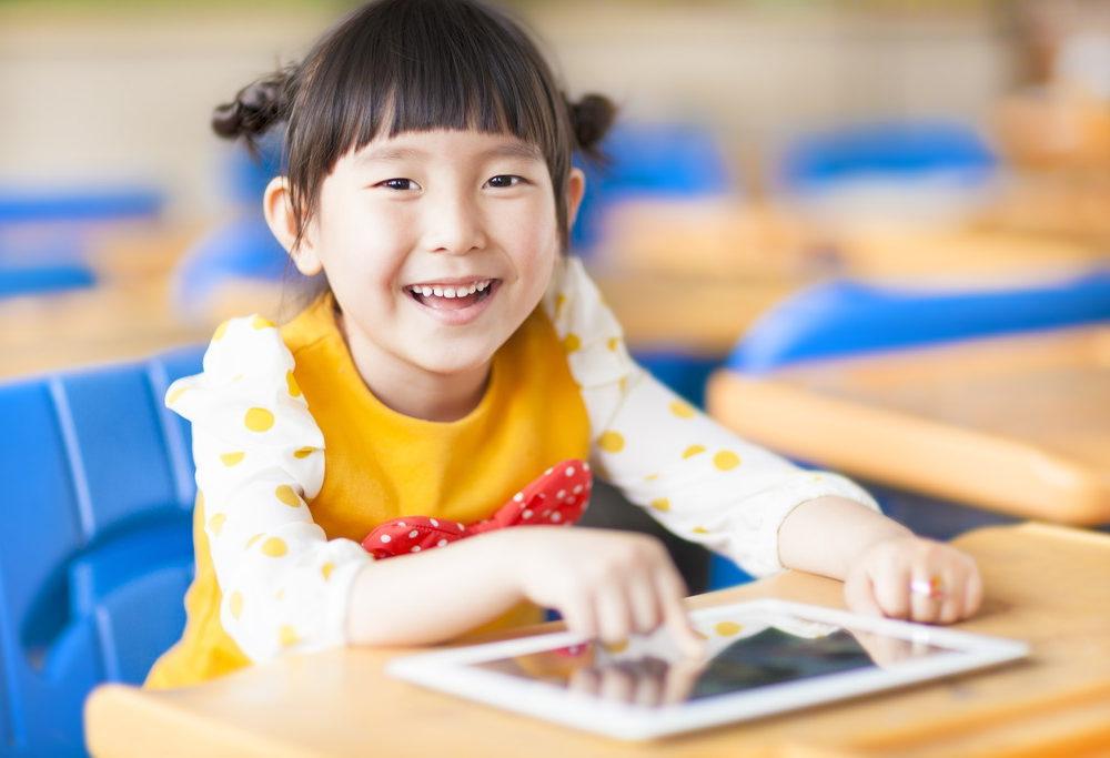 アプリでビジョントレーニングをする子どもの写真