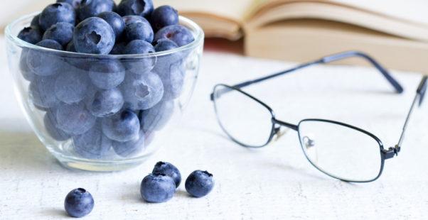 ブルーベリーとメガネの写真