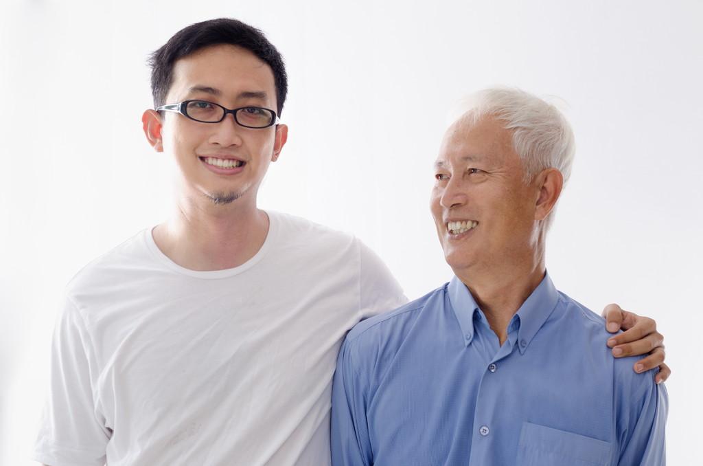高齢者と若者の写真