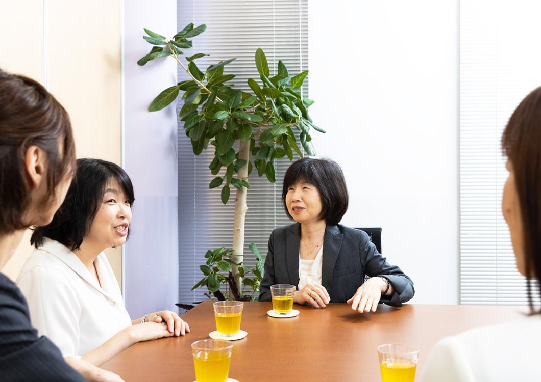読者ママと新井さん、編集長の写真