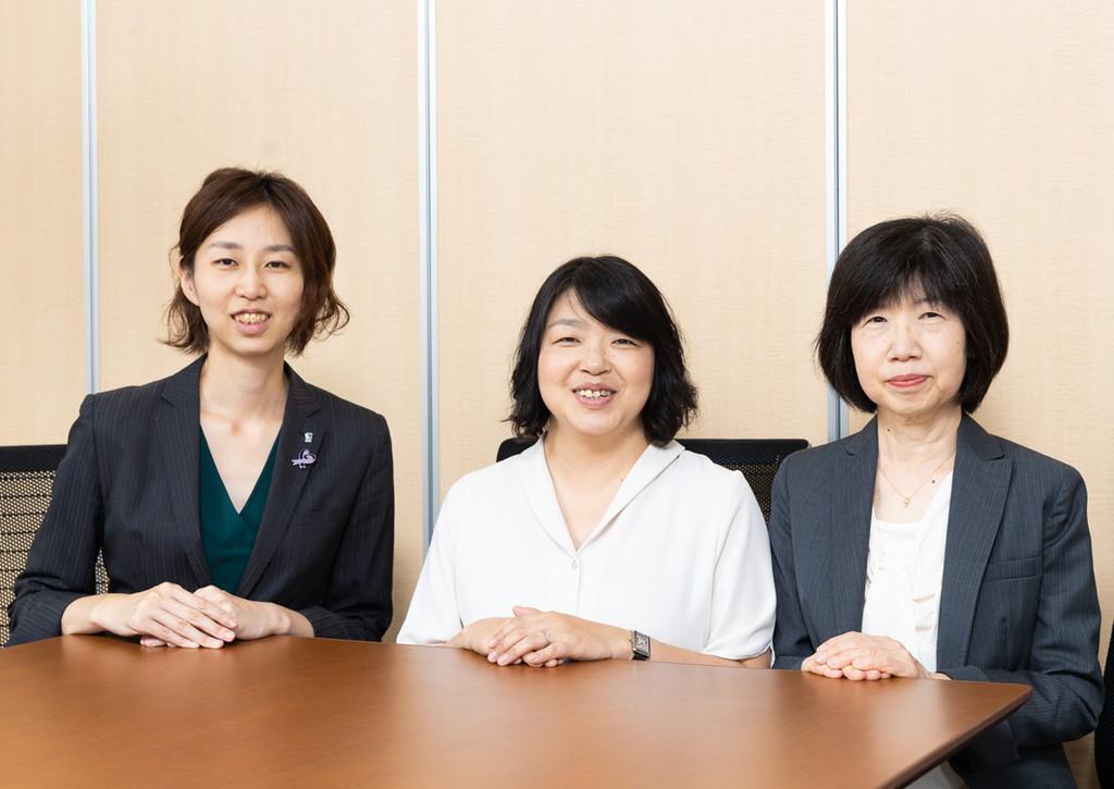 かよこさんと新井さんと大江編集長の写真