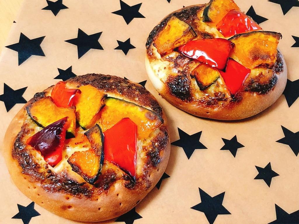 かぼちゃとパプリカのおかずパンの写真