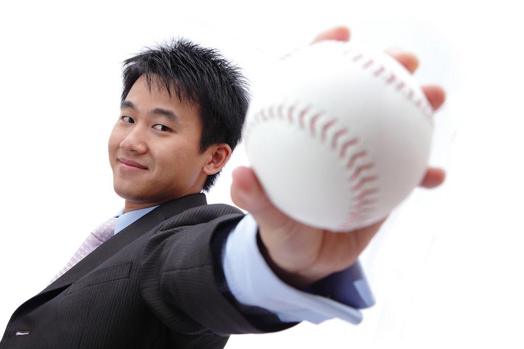 野球のボールを持つ青年の写真