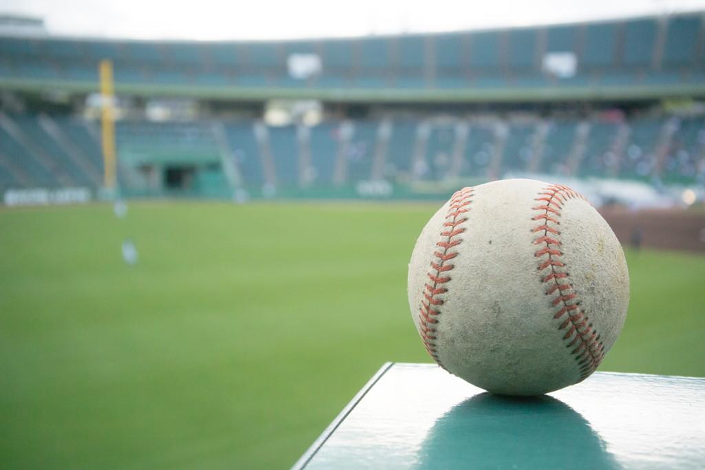 野球場とボールの写真