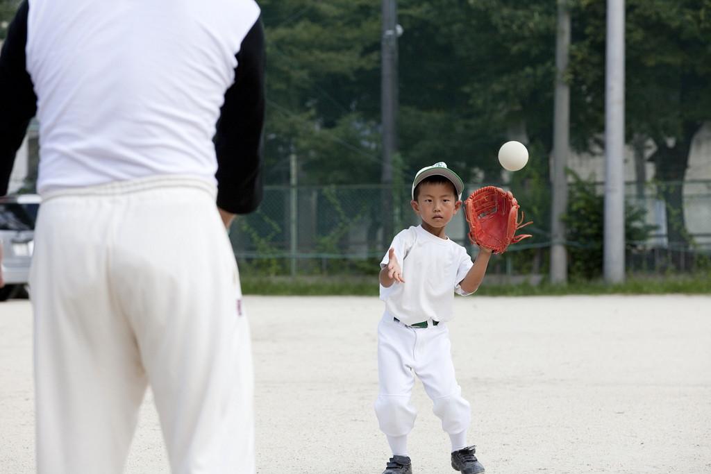 キャッチボールをする少年の写真
