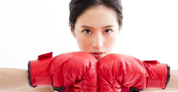 ボクシングをする女性の写真