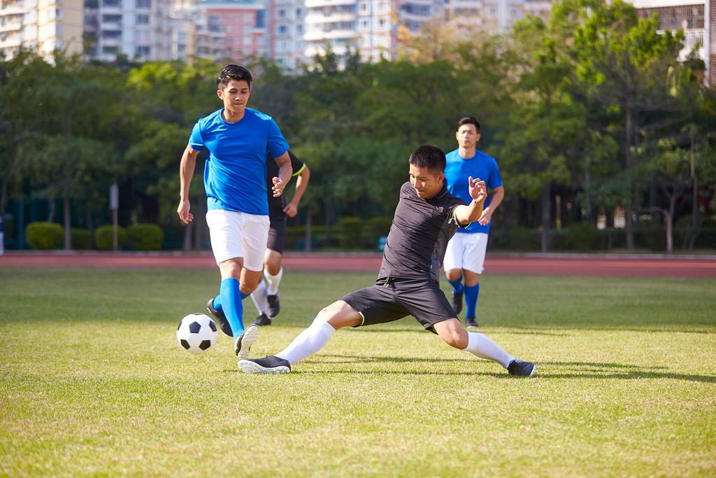 サッカーをする男性の写真