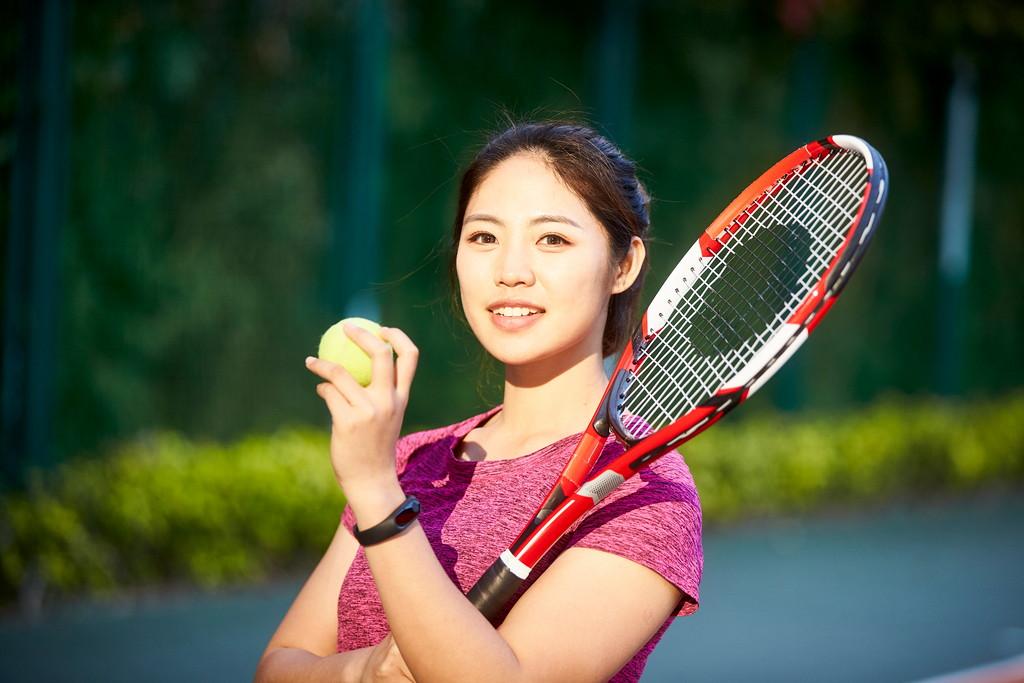 テニスをする女性の写真