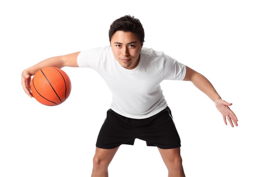 バスケットをする男性の写真