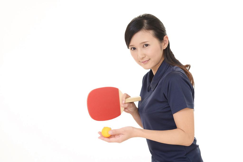 卓球をする女性の写真