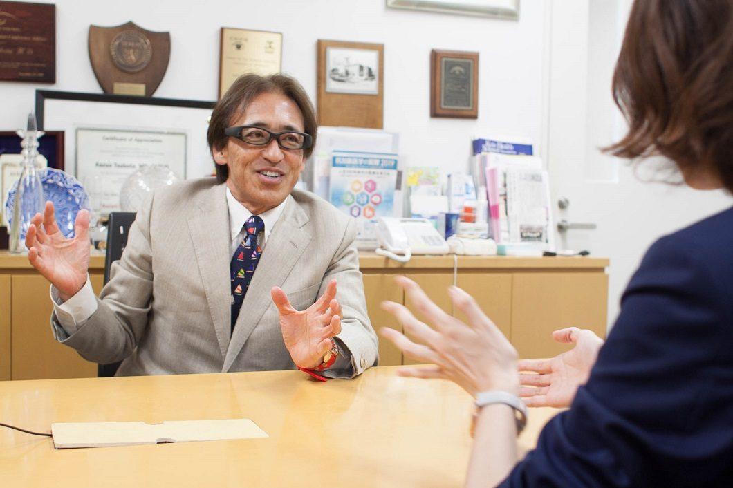 坪田一男教授取材大江と談笑の写真