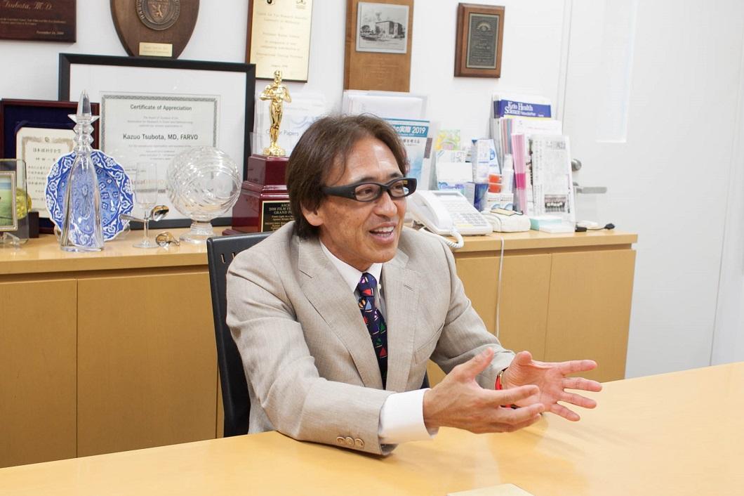 坪田教授アイバンクについて話しはじめの写真
