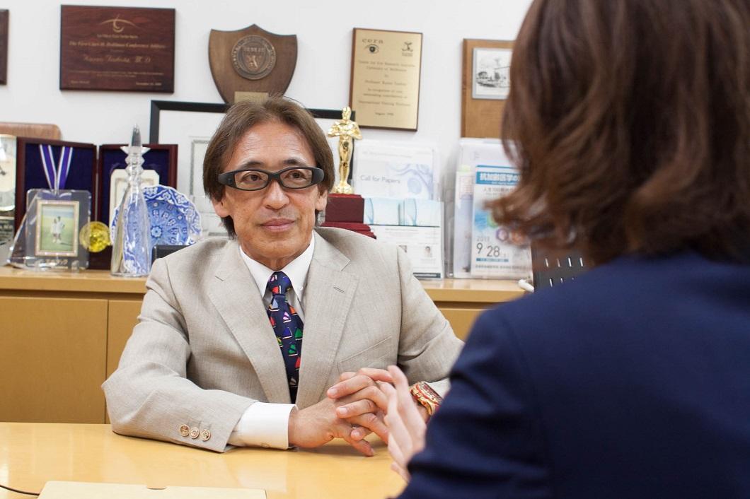 坪田教授アイバンクについて話す写真