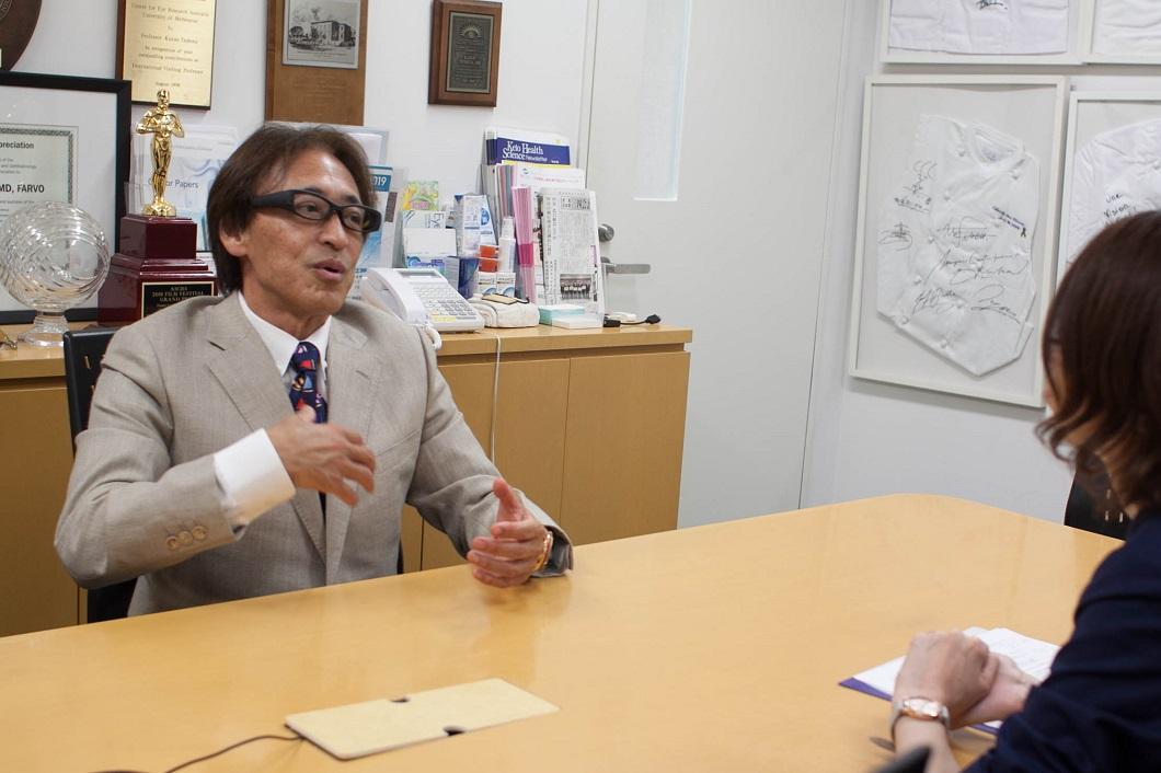 坪田教授アイバンクについて身振りのある写真
