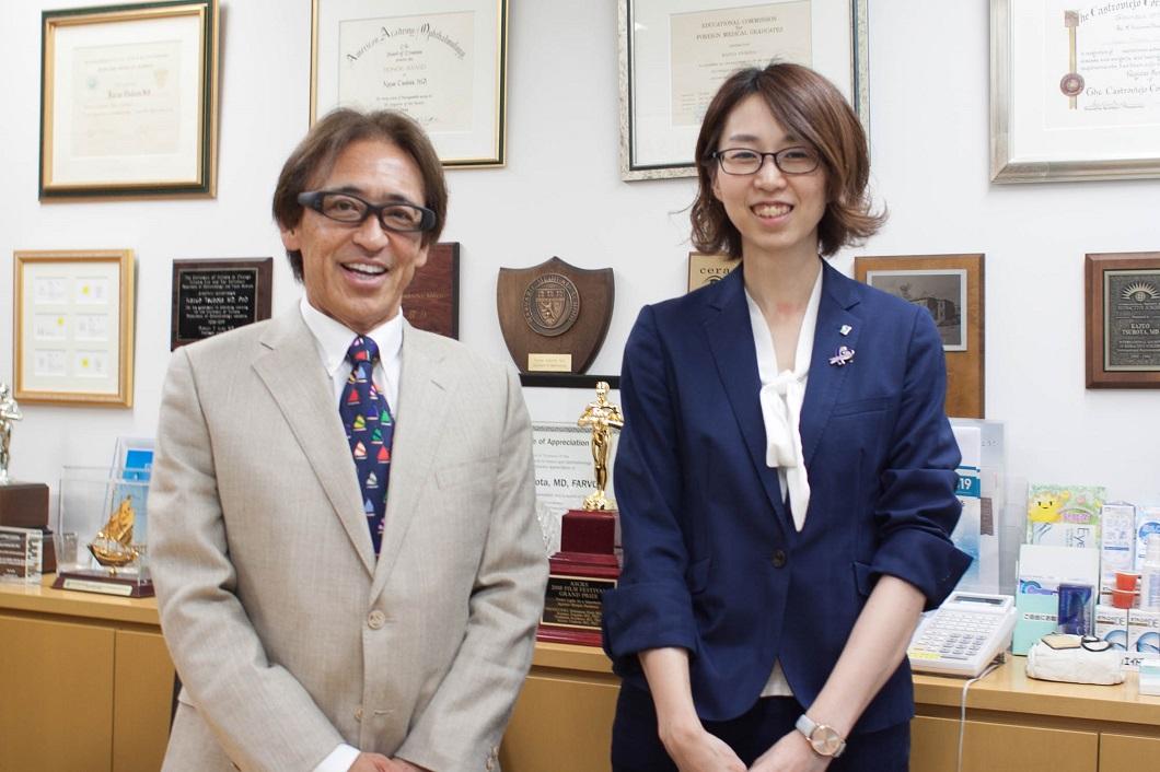 坪田教授と大江編集長の写真