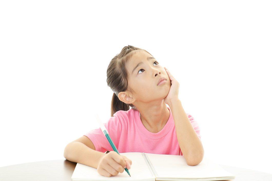 ビジョントレーニング考える女の子の写真
