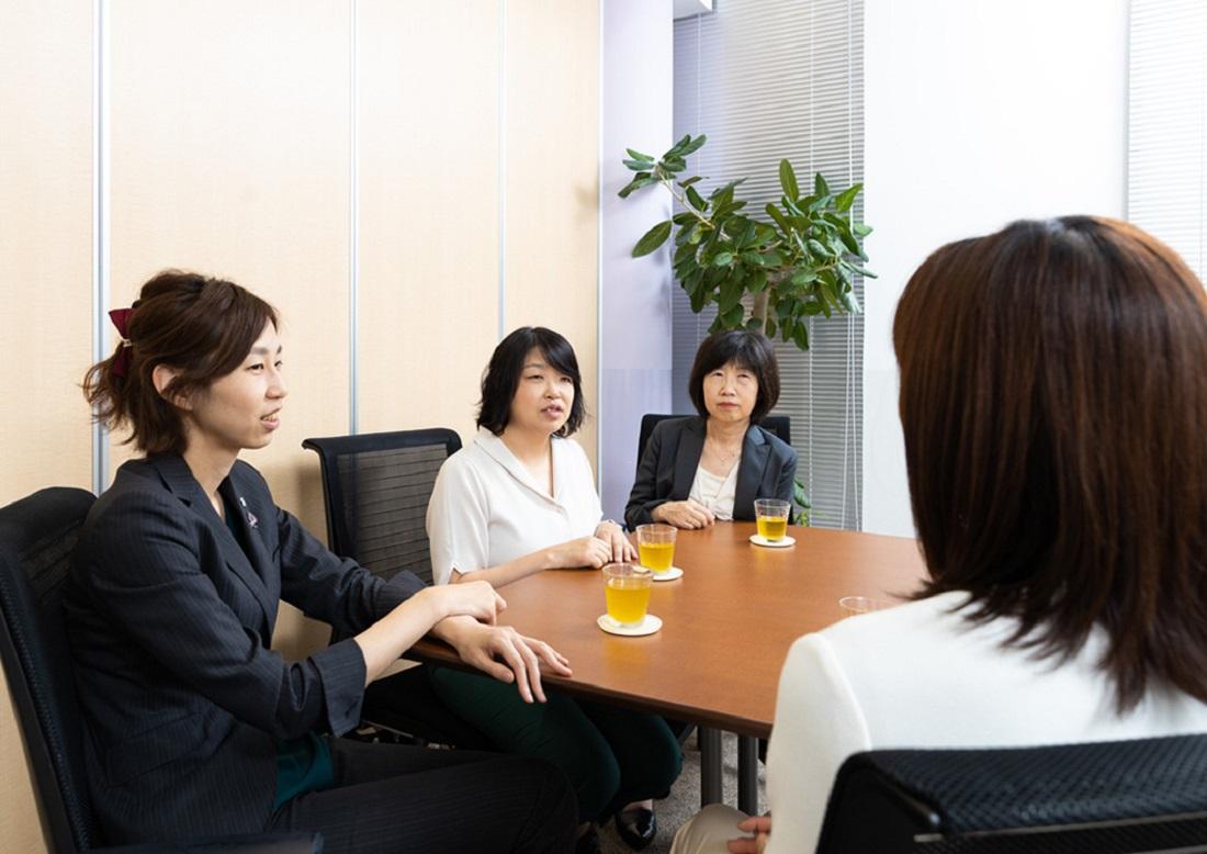 子どもの目座談会編集長中央の写真