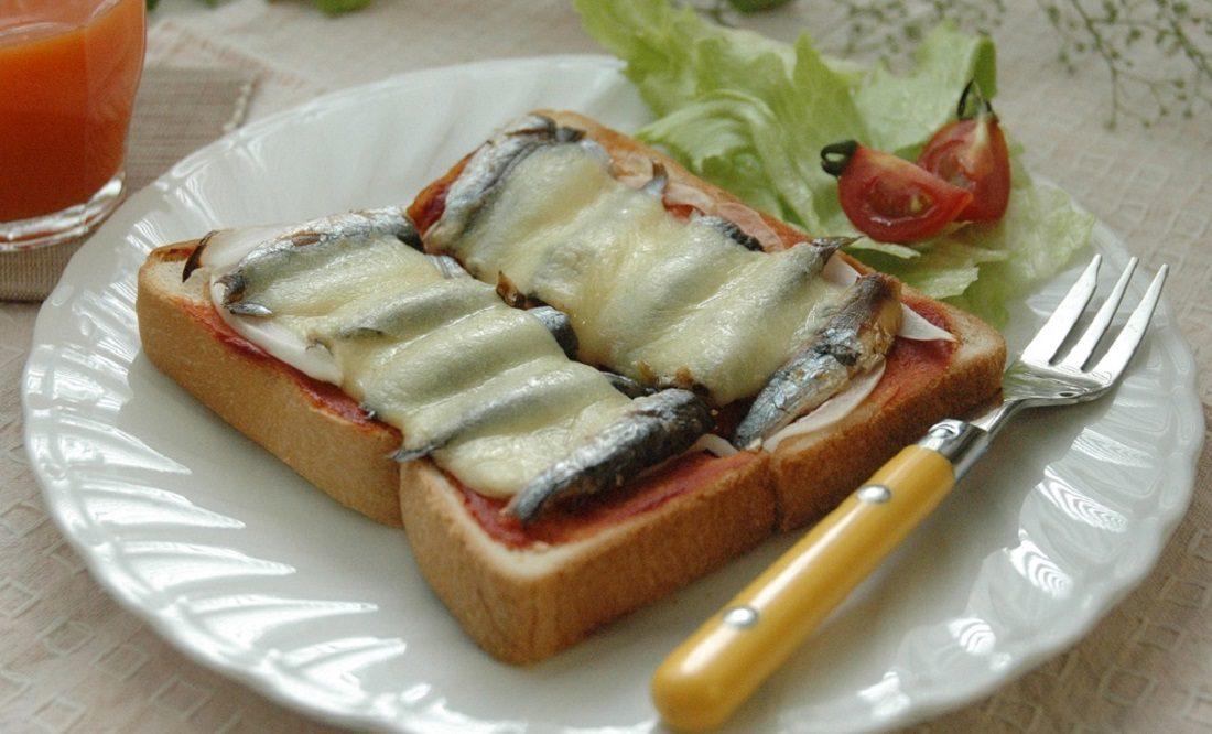 オイルサーディンピザ風トーストの写真