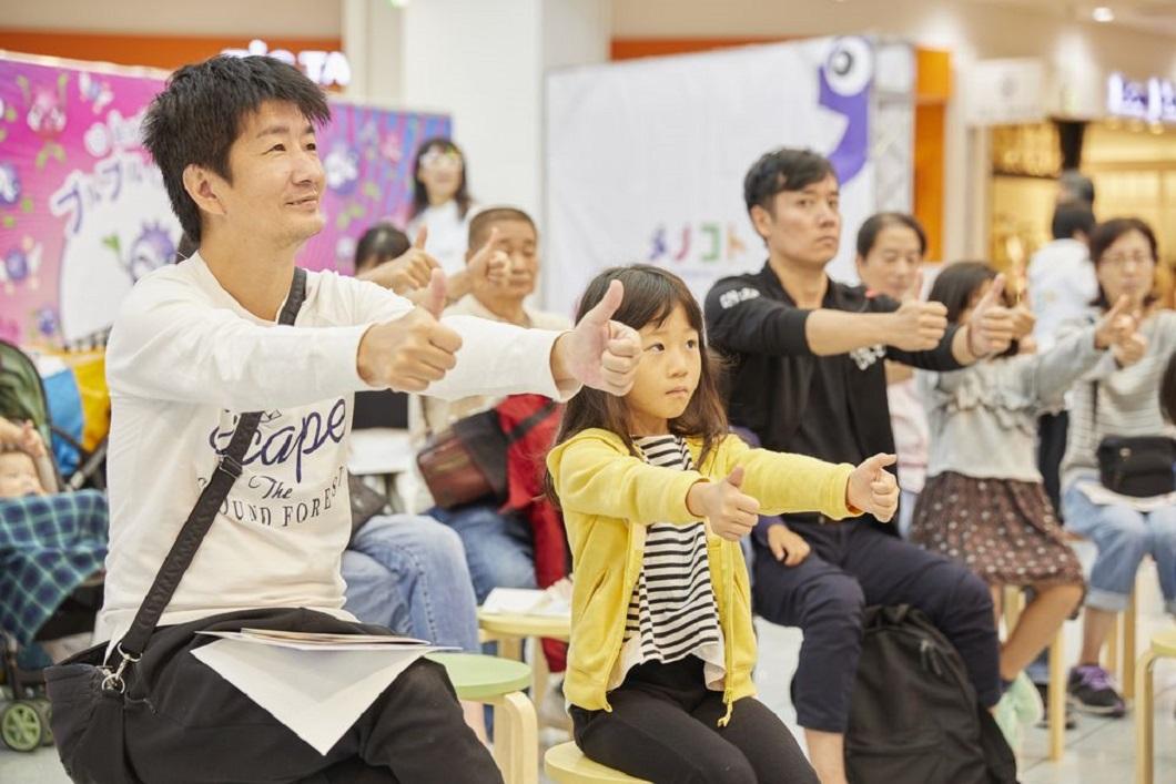 メノコト体操をする親子の写真