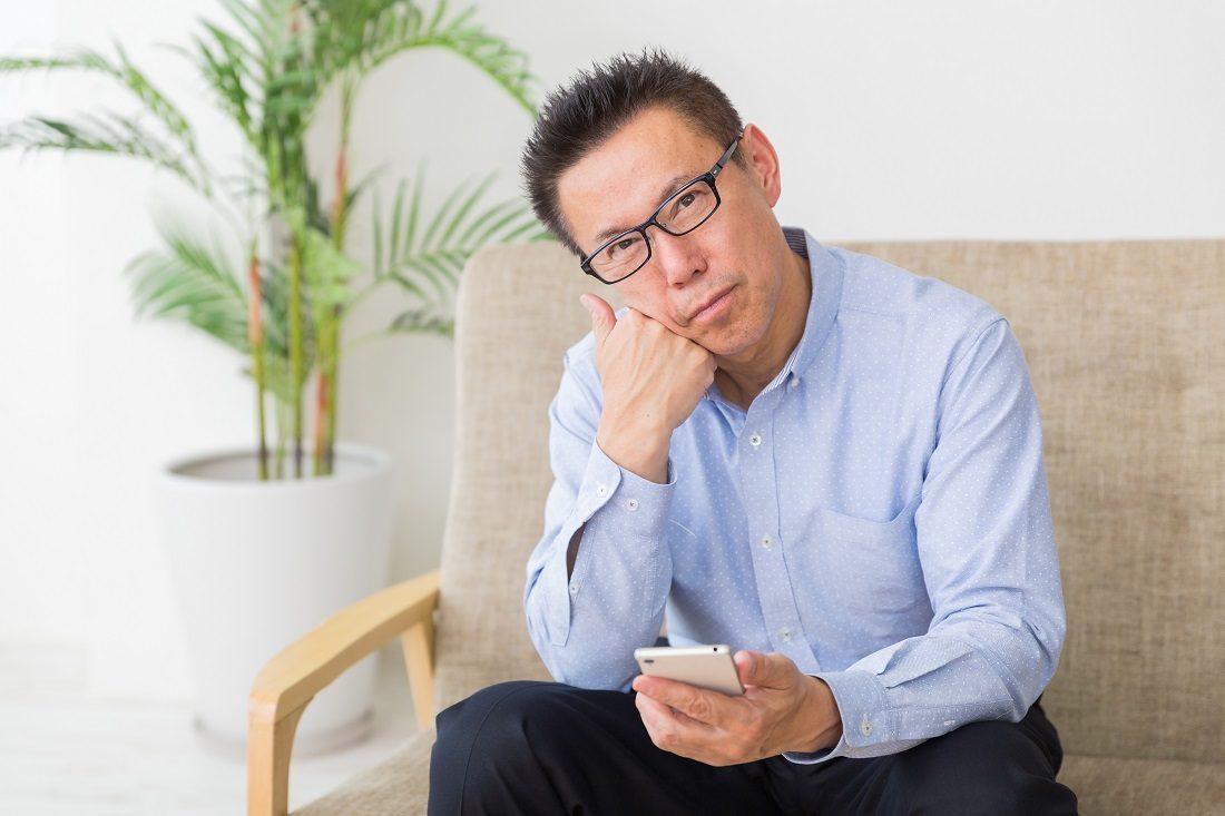 白内障手術悩む男性の写真