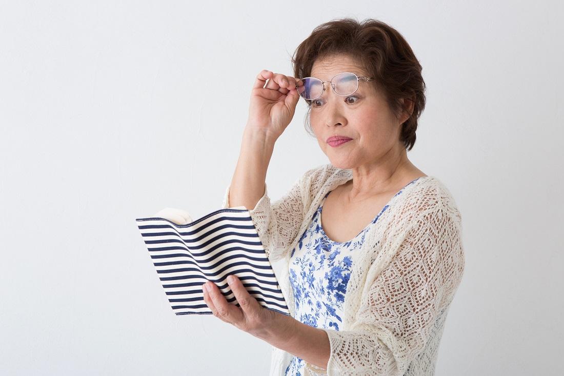 白内障手術見づらそうな女性の写真