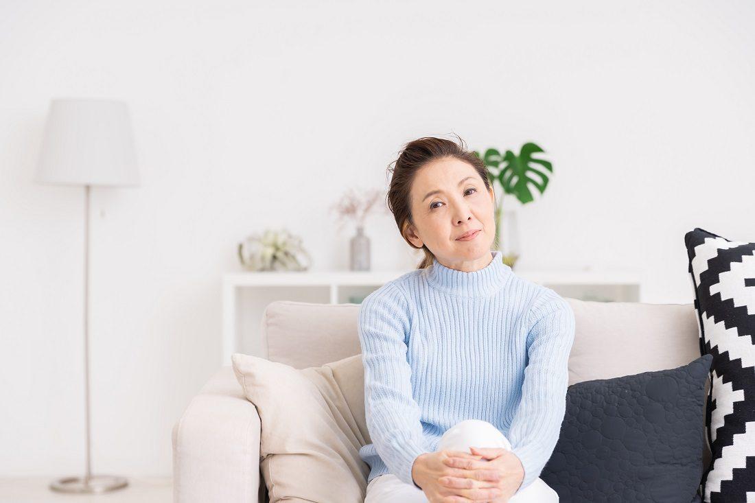 白内障手術悩む女性の写真