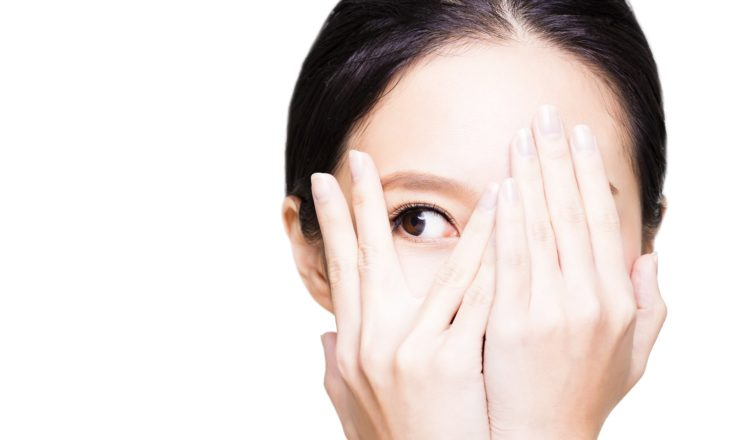 片目をあけている女性の画像