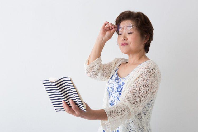 老眼の女性の写真