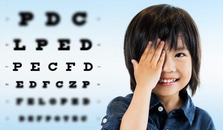 視力検査をする少年の画像