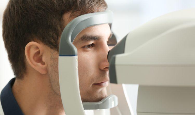 眼科検査を受ける男性