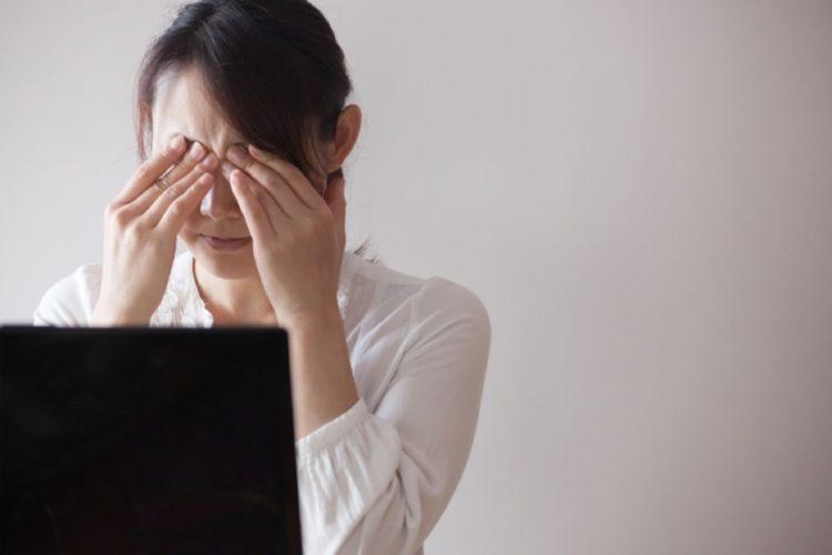 パソコンの使い過ぎで目が痛い、目が疲れたと感じている女性