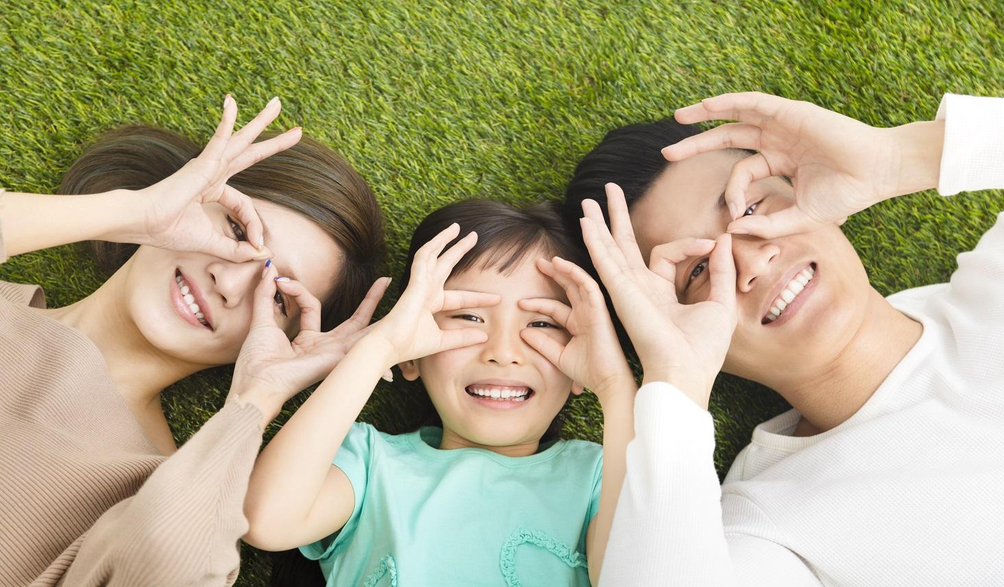 指を使って目のトレーニングをする家族
